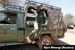 Purity Rakala, anggota Team Lioness, sebuah unit ranger Kenya yang semuanya wanita, turun dari truk pickup patroli di kamp Risa, tempat mereka tinggal karena wabah Covid-19, Kenya, 7 Agustus 2020. (Foto: REUTERS/Njeri Mwangi)