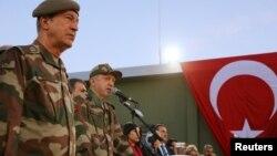 فوجی وردی میں ملبوس ترک صدر ایردوان شام کی سرحد پر ایک فوجی چوکی کے دورے کے دوران اہلکاروں سے گفتگو کر رہے ہیں۔ (فائل فوٹو)