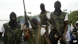 Para anggota pemberontak Delta Niger (foto: dok). Pemberontak sering menyandera warga asing untuk menuntut uang tebusan.