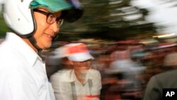 Cambodian opposition leader Sam Rainsy of the Cambodia National Rescue Party wearing a helmet arrives for a rally in Phnom Penh, file photo.