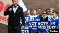 Britanski premijer Dejvid Kameron sa pristalicama ostanka Britanije u EU