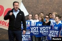 """ນາຍົກລັດຖະມົນຕີ ອັງກິດ ທ່ານ David Cameron ກ່າວຖະແຫລງຕໍ່ບັນດາຜູ້ສະໜັບສະໜູນ ໃນງານໂຄສະນາ ເພື່ອ """"ຢູ່ໃນອີຢູ ຈະເຮັດໃຫ້ແຂງແກ່ນຂຶ້ນ"""" ຢູ່ທີ່ນະຄອນ Witney, ຂອງເຂດ Oxfordshire, ປະເທດອັງກິດ, ວັນທີ 14 ພຶດສະພາ 2016."""