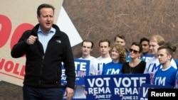 Perdana Menteri Inggris David Cameron berpidato di hadapan pendukung kampanye agar Inggris tetap menjadi anggota Uni Eropa, di Witney, Oxfordshire (14/5). (Reuters/Will Oliver)