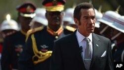 Presiden Botswana Letjen Seretse Khama Ian Khama (kanan) saat dilantik sebagai Presiden Botswana untuk masa jabatan kedua di Gaborone, Selasa (28/10).