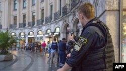 7月22日枪击发生后警察在慕尼黑封锁了施塔胡斯广场