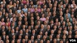 Kim Jong-il berpose dalam foto yang dirilis Korea Utara hari ini, bersama para staf seniornya di ibukota, Pyongyang.