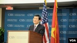 越南主席张晋创在华盛顿智库战略与国际研究中心(Center for Strategic and International Studies, 简称CSIS)讲话。纽约时报提到中国是战略与国际研究中心13个海外资助国之一(2013年7月25日)