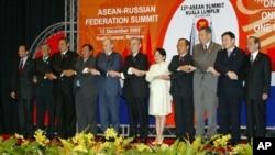 ປະທານາທິບໍດີ ຣັດເຊຍ ທ່ານ Vladimir Putin (ຄົນທີ 5 ຈາກຊ້າຍ) ເຫັນຈັບມືກັບບັນດາຜູ້ນ້ຳ ຂອງອາຊຽນ ຫຼື ASEAN ໃນລະຫວ່າງ ການທາບທາມຕໍ່ກຸ່ມ ໃນເບື້ອງຕົ້ນ ຂອງຣັດເຊຍ, ຢູ່ທີ່ກອງປະຊຸມສຸດຍອດ ທີ່ນະຄອນ Kuala Lumpur ຂອງ Malaysia, ວັນທີ 13 ທັນວາ 2005.