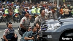 Polisi Indonesia di dekat lokasi ledakan di jalan MH Thamrin, Jakarta, 14 Januari 2016 (Foto: dok).