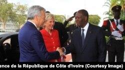 Le président Alassane Ouattara, à droite, salue la princesse Astrid de Belgique, au centre, et le vice premier-ministre et chef de la diplomatie belge, Didier Reynders, à gauche, au Palais de la présidence de la république, à Abidjan, Côte d'Ivoire, 25 oc
