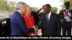 Le président Alassane Ouattara, à droite, salue la princesse Astrid de Belgique, au centre, et le vice premier-ministre et chef de la diplomatie belge, Didier Reynders, à gauche, au Palais de la présidence de la république, à Abidjan, Côte d'Ivoire, 25 octobre 2017