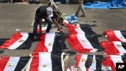 Sledbenici zbačenog predsednika Mohameda Morsija aranžiraju zastave u Nasr Sitiju u Kairu, 15. juli, 2013.