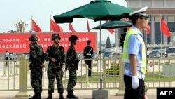 Polisi bersenjata China berjaga di sekitar Lapangan Tiananmen Square di Beijing (3/6).