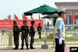 天安门广场上的中国警察。周永康曾长期指挥警察