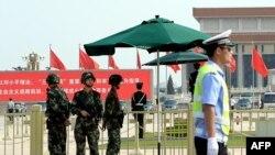 Naoružani kineski policajci čuvaju stražu na trgu Tjenanmen u Pekingu, 3. juna 2014.