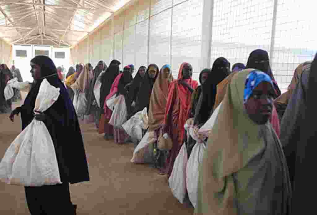 Refugiados somalíes esperan por las donaciones de comida del Programa Mundial de Comida, Dabaad, Kenia.