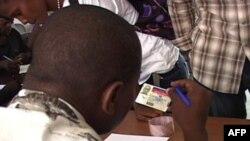 美军数据处理中心的海地工作人员接待灾民