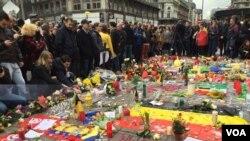"""Brüksel'in merkezindeki Borsa binası önünde spontane bir şekilde toplananlar, """"Her şeye rağmen ayaktayız"""" mesajı vermeye çalıştı."""