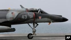 Phi cơ Pháp đáp trên hàng không mẫu hạm Charles de Gaulle ở vịnh Ba Tư. Sau vụ tấn công Paris, Pháp tăng mạnh chiến dịch không kích IS ở Syria.