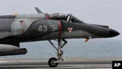 Sebuah pesawat tempur Perancis siaga di atas kapal induk Charles de Gaulle di Teluk Persia (foto: dok). Perancis melancarkan serangan udara pertama atas sasaran ISIS di Suriah Minggu (27/9).