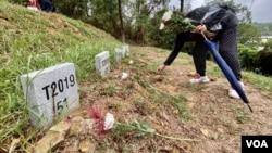 有香港市民今年连续第二年清明节期间,到沙岭公墓拜祭反送中运动牺牲的无名抗争者 (美国之音/汤惠芸)