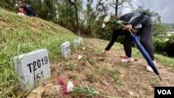 有香港市民今年連續第二年清明節期間,到沙嶺公墓拜祭反送中運動犧牲的無名抗爭者。(美國之音湯惠芸)