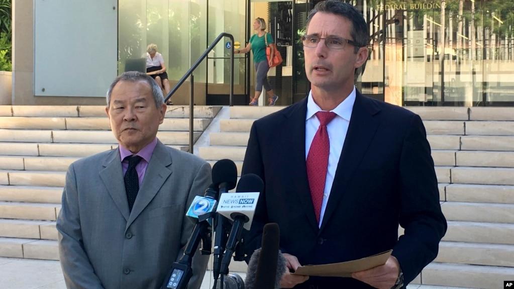 Paul Delacourt (phải), đặc vụ FBI phụ trách văn phòng Hawaii, tại họp báo về một quân nhân Mỹ bị bắt vì liên quan đến IS, Honolulu, 10/7/2017.