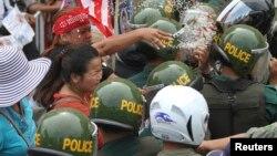 Warga melakukan unjuk rasa atas perampasan tanah bentrok dengan polisi setempat (foto: dok). Perampasan tanah menjadi isu utama di Kamboja.