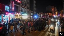 Warga berkumpul di sebuah mini market di pusat Kota Istanbul untuk berbelanja kebutuhan sehari-hari menyusul pengumuman tentang pemberlakuan jam malam, Jumat malam, 10 April 2020.