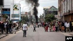 Des protestants reçoivent des gaz lacrymogènes sur eux lors des marches contre Kabila à Kinshasa, le 21 janvier 2018.