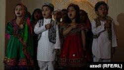 اطفال افغان ترانه های میهنی سر میدهند