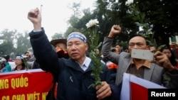Người biểu tình chống Trung Quốc để kỷ niệm 43 năm trận hải chiến Hoàng Sa ở Hà Nội, ngày 19/1/2017. (Ảnh minh họa)