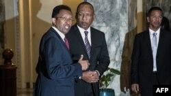 Le président malgache Hery Rajaonarimampianina (à gauche) et le Premier ministre Christian Ntsay (à droite) assistent à l'annonce du nouveau gouvernement au palais présidentiel d'Iavoloha, à Antananarivo, le 11 juin 2018.
