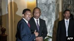 Le président malgache Hery Rajaonarimampianina, à gauche, et le Premier ministre Christian Ntsay, à droite, assistent à l'annonce du nouveau gouvernement au palais présidentiel d'Iavoloha, à Antananarivo, le 11 juin 2018.