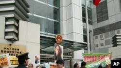 抗议者到中联办要求释放刘晓波