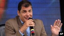 El presidente de Ecuador, Rafael Correa, dice que los medios lo atacan al revelar las cuentas privadas de su primo Pedro Delgado.