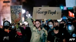 Đám đông biểu tình trên đường phố ở Oakland, California vào ngày 3/6/2020.
