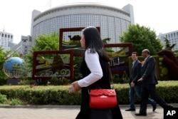 資料照片: 行人走過中國外交部大樓。 (2019年4月19日)