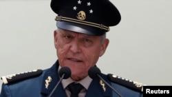 Генерал Сієнфуегос з 2012 по 2018 роки обіймав посаду міністра оборони країни