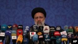 ایران کے نو منتخب صدر ابراہیم رئیسی ایک پریس کانفرنس سے خطاب کر رہے ہیں (اے پی)