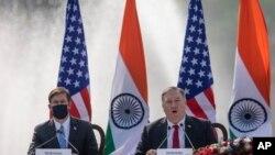 El secretario de Estado Mike Pompeo y el secretario de Defensa Mark Esper en una rueda de prensa tras la firma del acuerdo con la India.