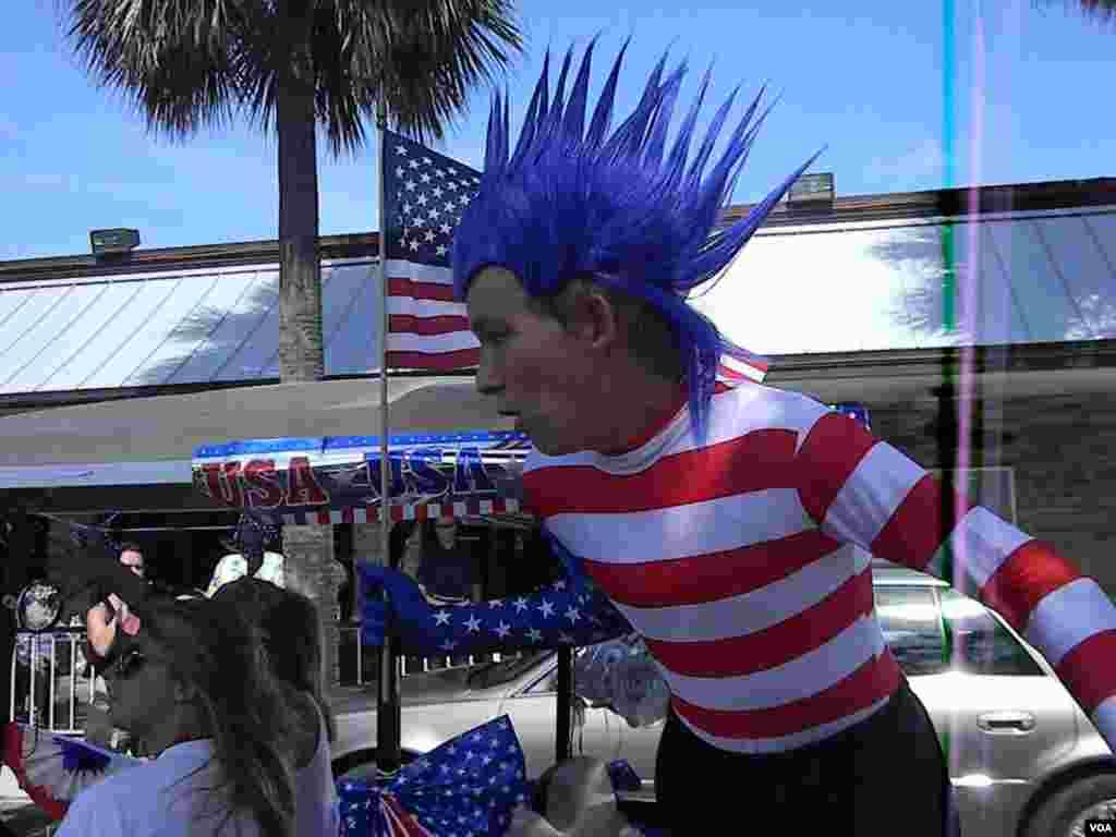 Por sobre todo original, un adolescente se divierte en el desfile por el Día de la Independencia en Lauderdale by the Sea, Florida.