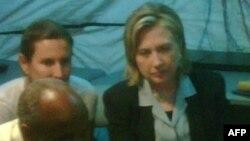 克林顿国务卿在太子港机场与海地总统会晤