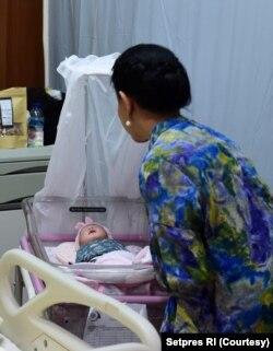 Presiden Joko Widodo dan ibu negara Iriana menjenguk cucu ketiga di RS PKU Muhammadiyah, Surakarta, Jum'at sore (15/11).