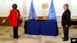 Линда Томас-Гринфилд вручает верительные грамоты Генеральному секретарю ООН Антониу Гутерришу в штаб-квартире ООН 25 февраля 2021.