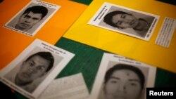 지난달 멕시코에서 교사 임용 차별 철폐를 주장하며 시위를 벌이던 중, 실종된 학생들의 사진이 14일 기도회 현장에 놓여있다.