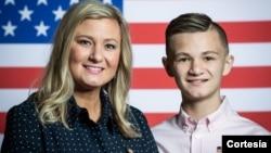 """Kelli Hake y su hijo Gage, invitados del presidente Donald Trump a su tercer discurso sobre el """"Estado de la Nación"""". Foto: Cortesía - Casa Blanca."""