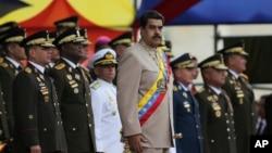 El excomandante venezolano que habló bajo condición de anonimato con el medio neoyorquino indicó que por lo menos existen tres grupos distintos dentro del cuerpo castrense del país que han conspirado contra el gobierno de Nicolás Maduro.