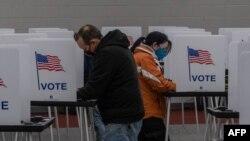 Residentes de Michigan acudieron a las urnas a depositar su voto el martes 3 de noviembre en el colegio comunitario Mott.