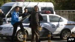 Công an Trung Quốc theo dõi một khu vực nơi các thành viên của một giáo hội không đăng ký có kế hoạch tổ chức lễ Phục Sinh tại Bắc Kinh, ngày 24/4/2011